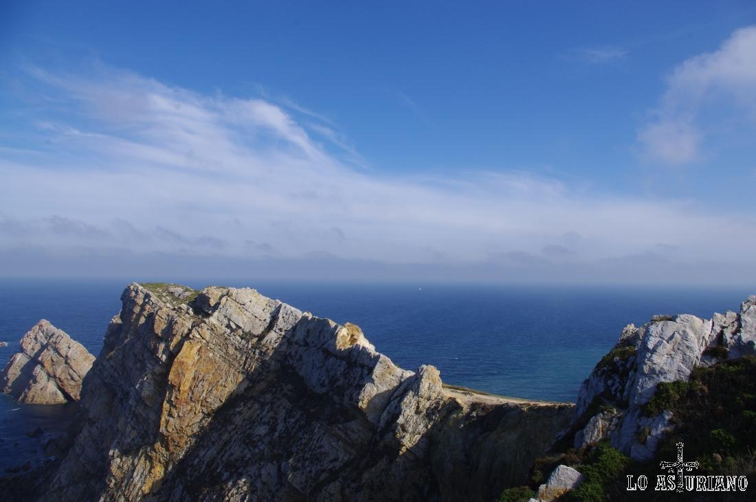 Rocas y acantilados en Peñes.