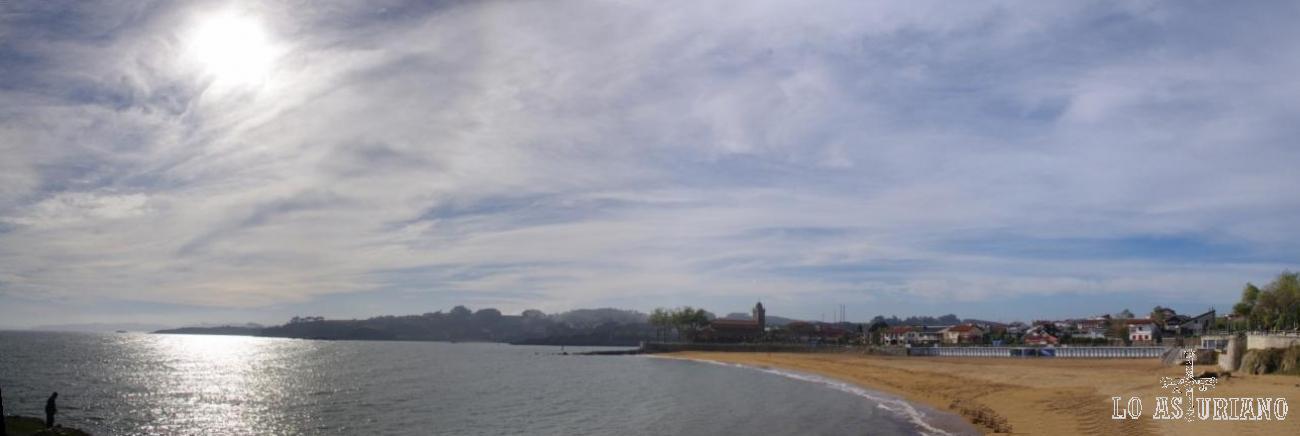 Panorámica de la playa y el pueblito de Luanco, Gozón.