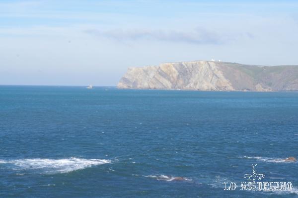 Los acantilados del Cabo de Peñas, al fondo.