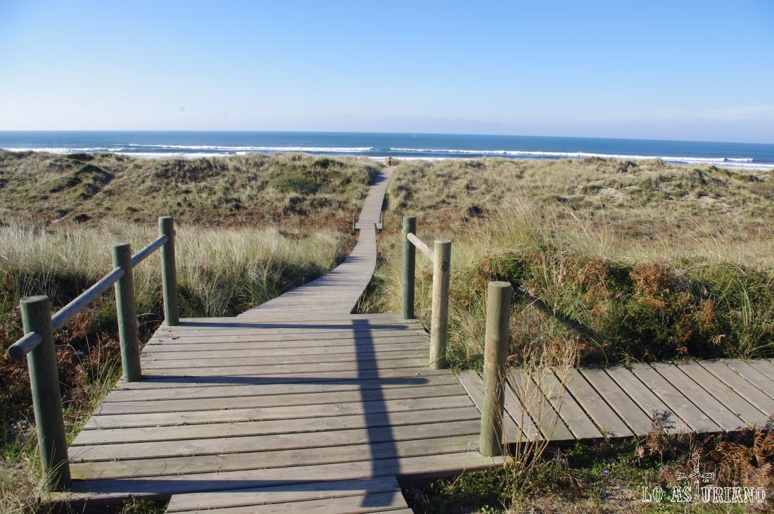 Caminos y pasarelas de madera en la playa de Xagó, Lloreda.