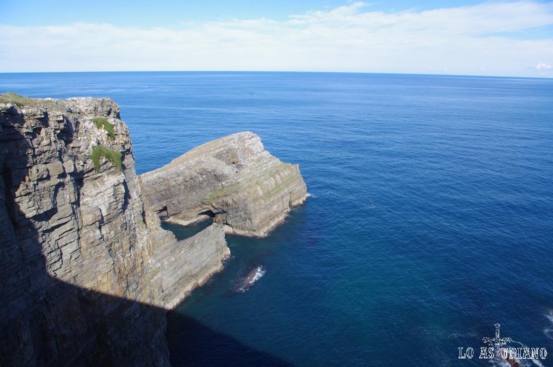 El islote Chouzano, en la punta más septentrional de Cabo Vidio.