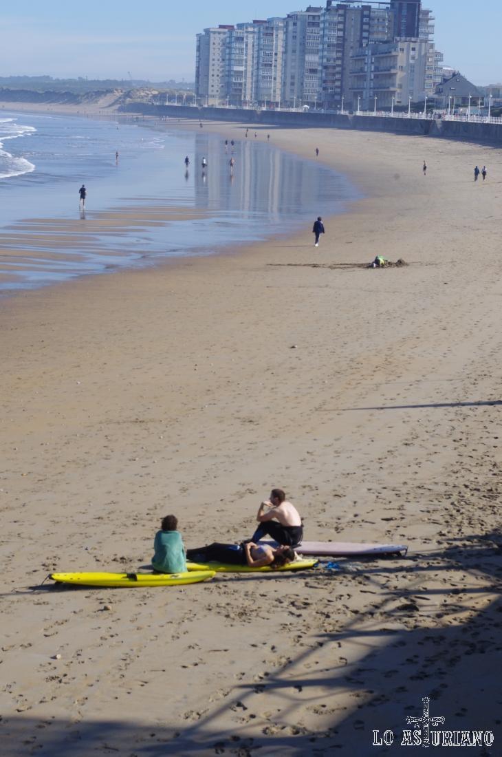 Surferos en la espectacular playa de Salinas, concejo de Castrillón.