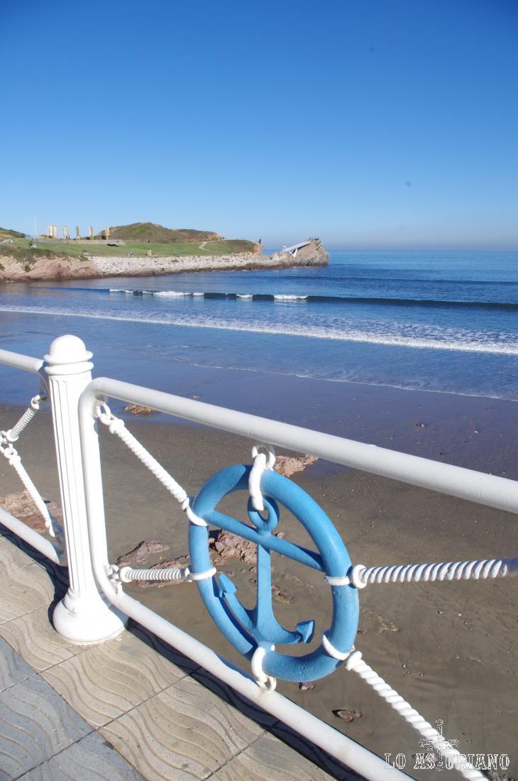 En la parte izquierda de la playa, podemos ver el mirador y también el museo del ancla.