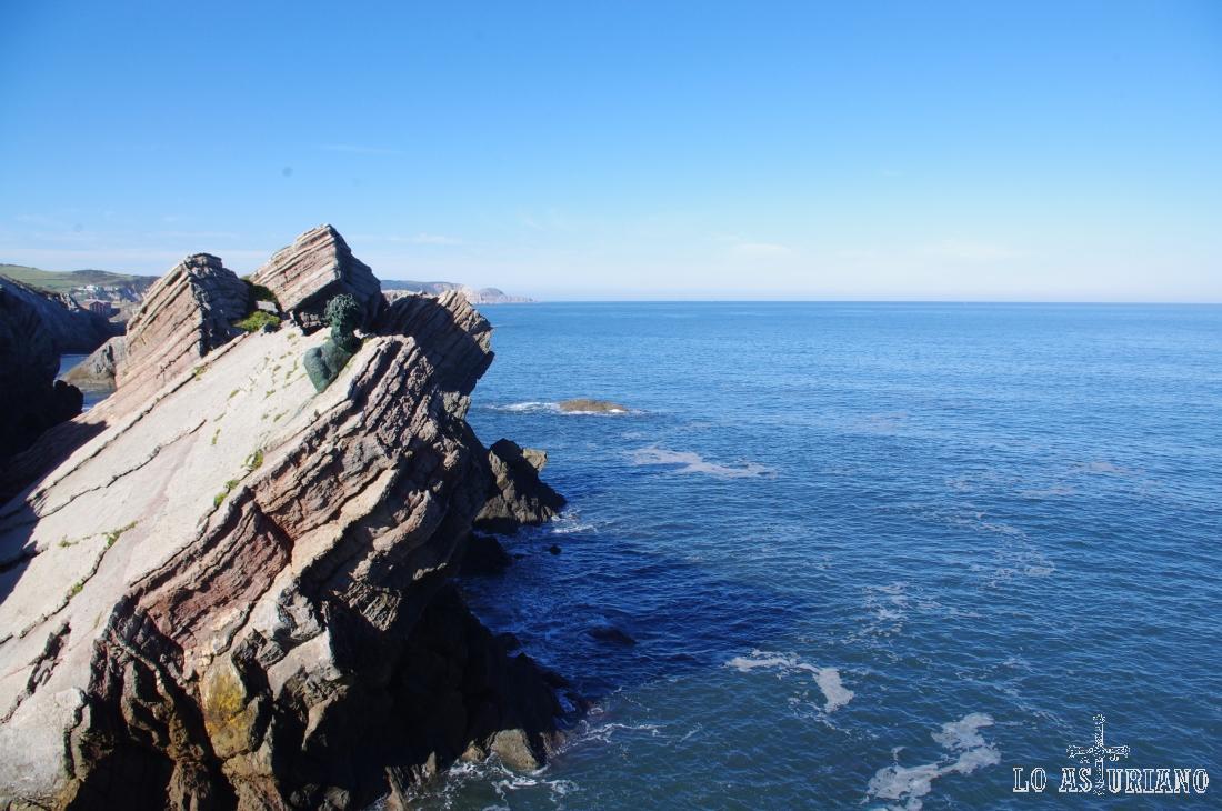 Hacia el oeste llegamos a ver punta Vidrias, cerca del aeropuerto de Asturias.