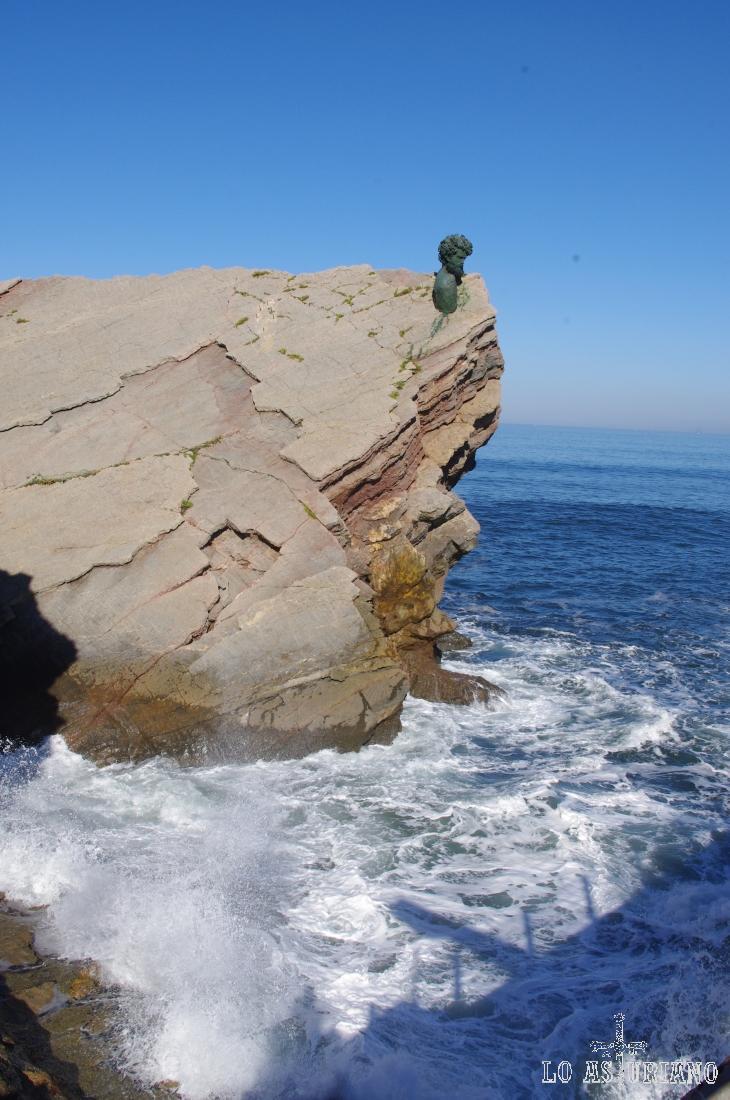 Busto de bronce del desaparecido Philippe Cousteau en el museo de anclas de Salinas, concejo de Castrillón.