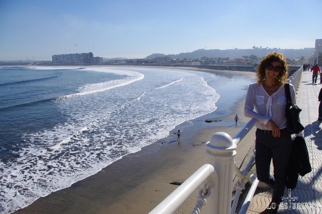 La playa en concha de Salinas, quizás la más concurrida en la costa central de Asturias.