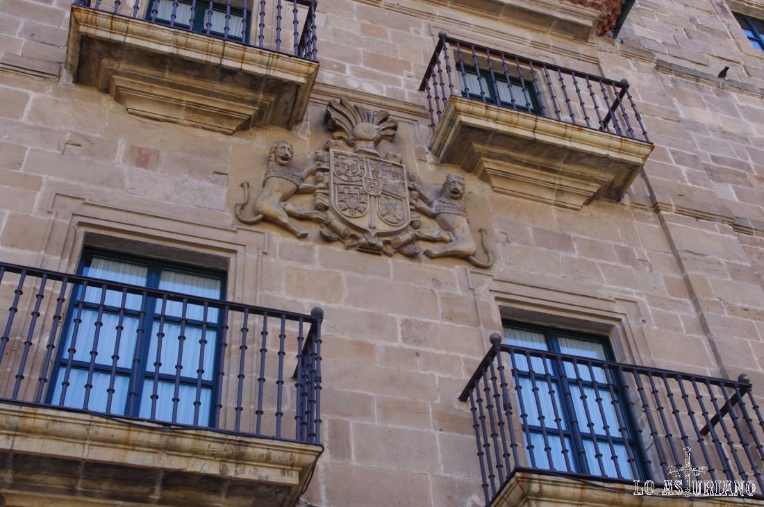 Escudo en la fachada del ayuntamiento de Avilés.