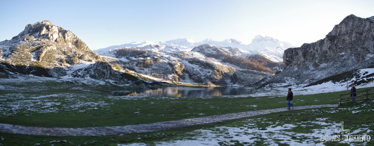 Preciosa panorámica del lago de la Ercina, con los Picos de Europa, nevados, detrás.