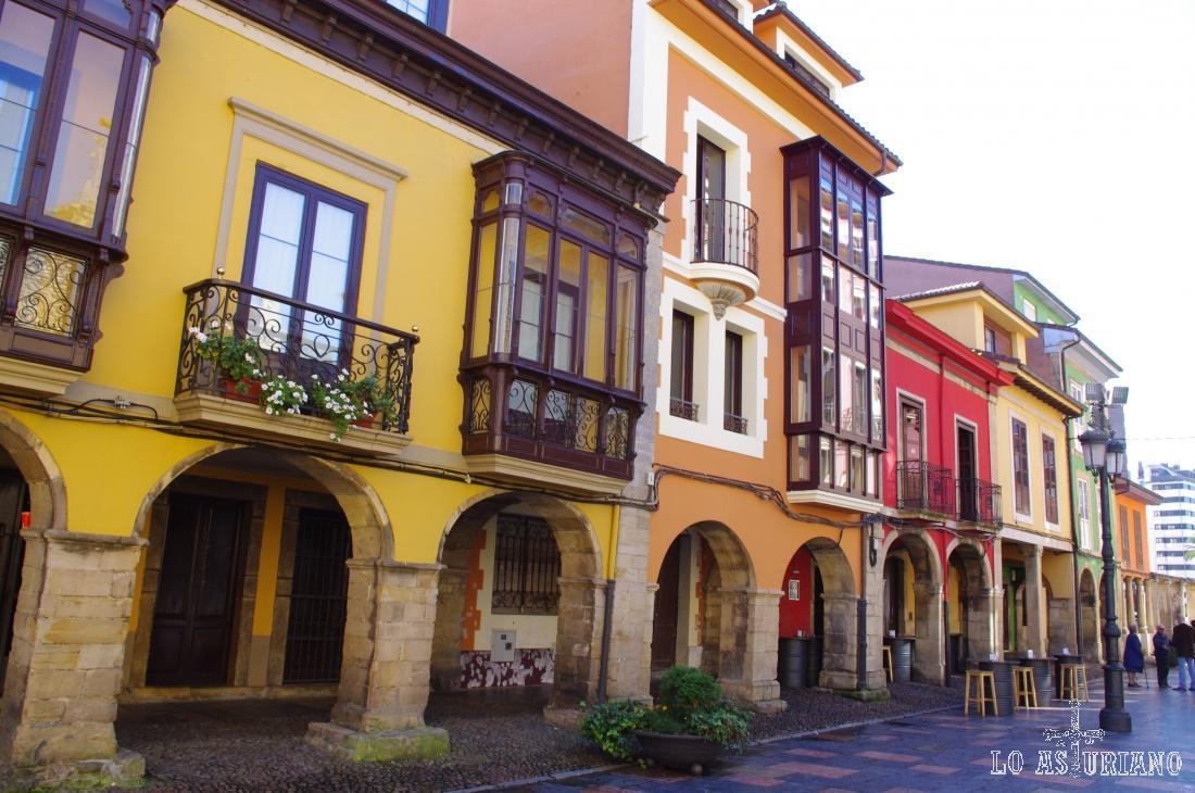 La preciosa y colorista calle Galiana, en Avilés, con sus pórticos, balconadas y porches.