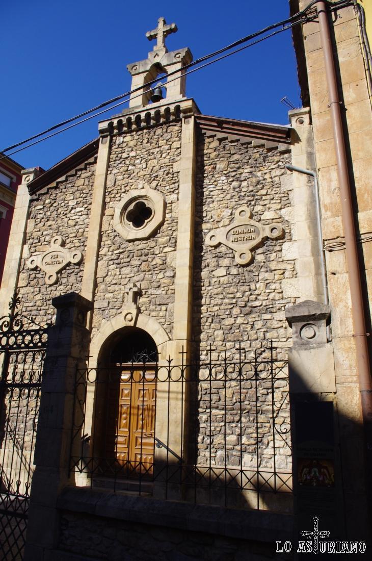 Capilla de Jesulín de Galiana, en Avilés. Se encuentra en uno de los laterales de la Plaza de Carbayedo.