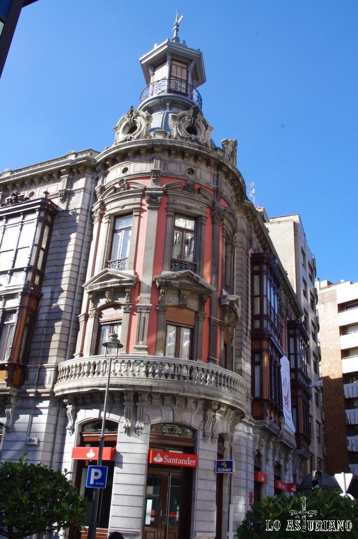 Precioso edificio del Banco de Santander, en Avilés.