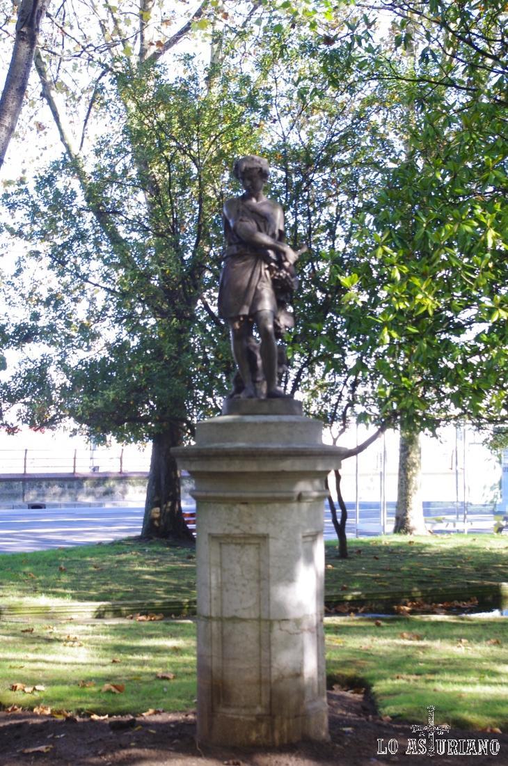 Una de las estatuas del precioso parque del Muelle de Avilés.