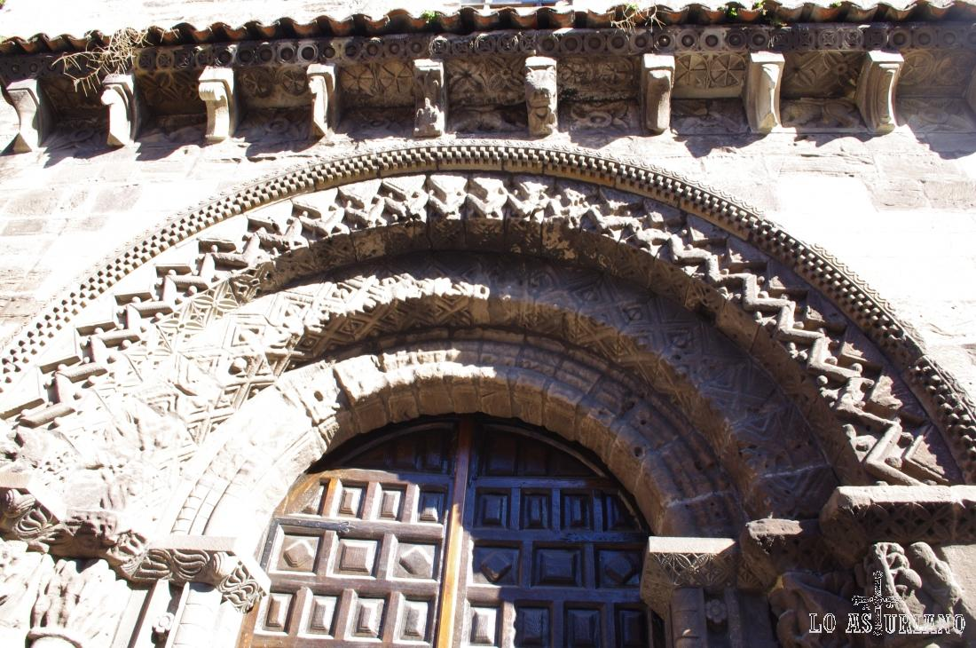 Portada románica de la iglesia Franciscana de Avilés.