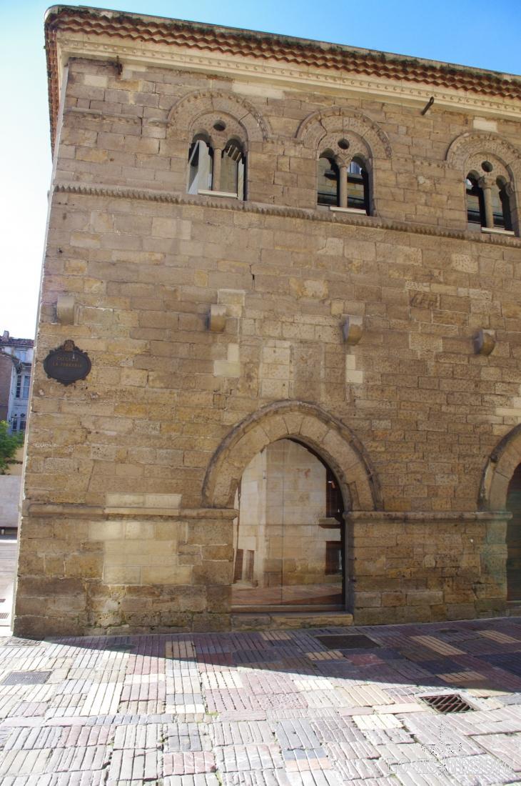 El Palacio de Valdecarzana (o Casa de las Baragañas), se encuentra situado en Avilés.  Es de estilo gótico, construido entre el S. XIV y S. XV por un rico comerciante avilesino para servir como su domicilio particular.