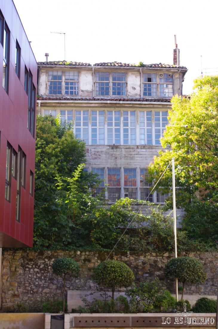 Edificios con interminables cristaleras en el centro de Avilés, Asturias.