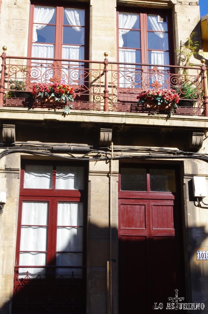 Fachada en la Calle del Muelle, en Avilés.