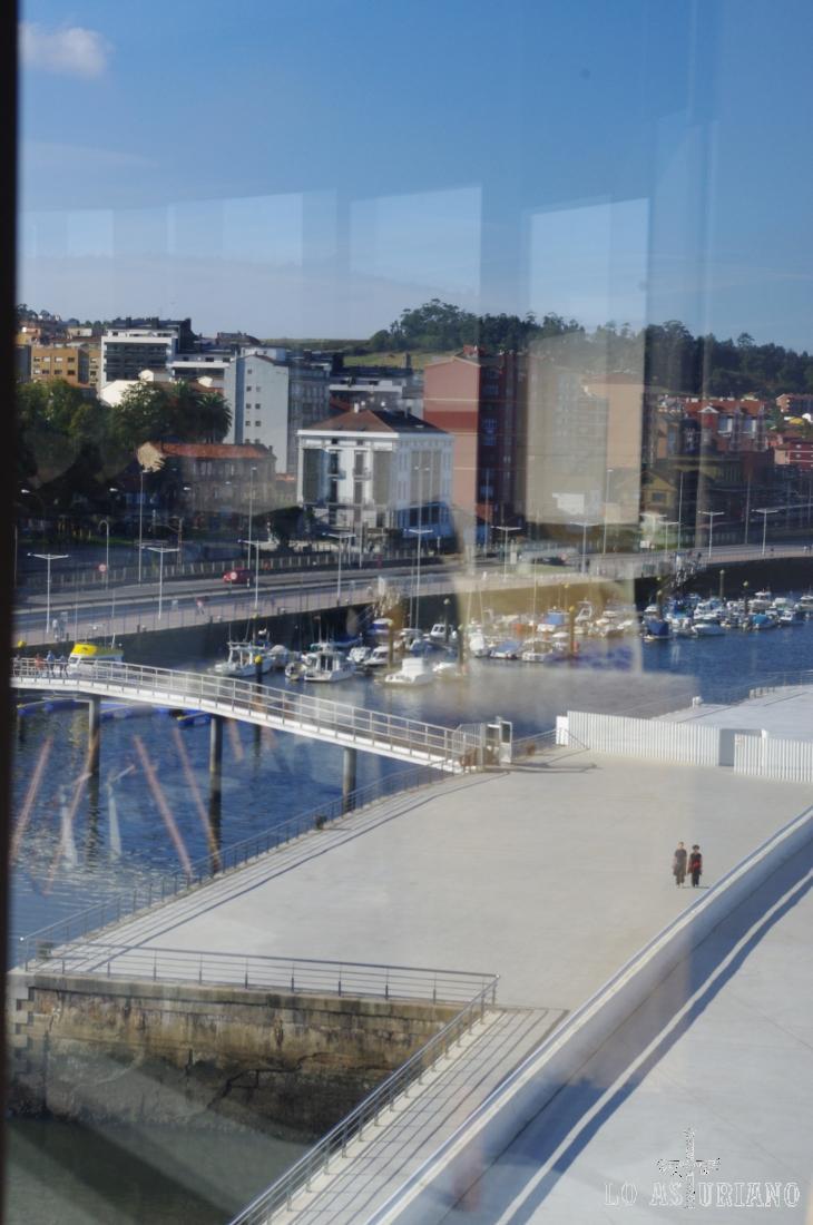Ría de Avilés y Avilés, desde el Centro Niemeyer, bar lounge D Miranda.