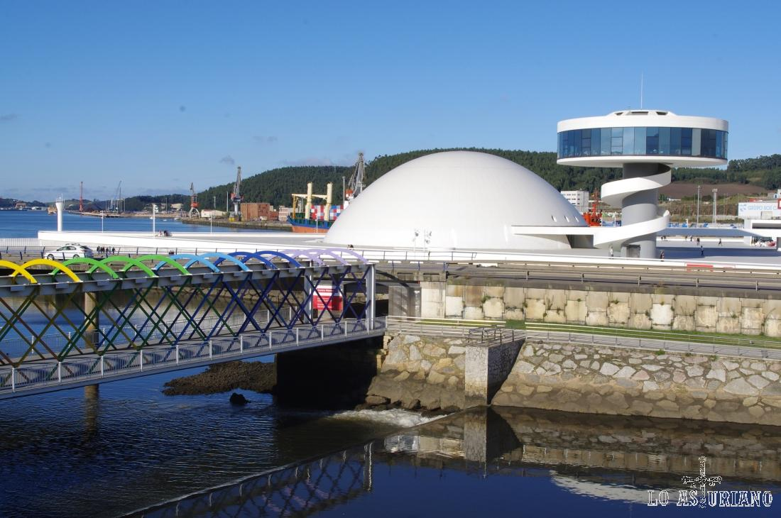 Bonita perspectiva de la cúpula, la torre d Miranda y el puente de colores del Centro Niemeyer.