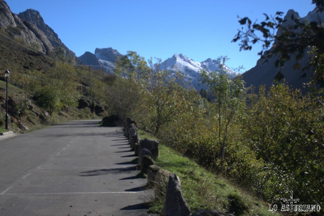 Los Picos Albos, nevados, al fondo, que es donde se emplaza nuestro destino: Lago del Valle.