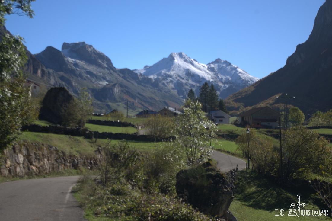 Los Picos Albos, con nieve, y a su izquierda, el Pico la Cueva, a cuya base llegamos en otra ruta: lagos de Saliencia. Desde allí se tiene una espléndida vista del Valle del Lago.