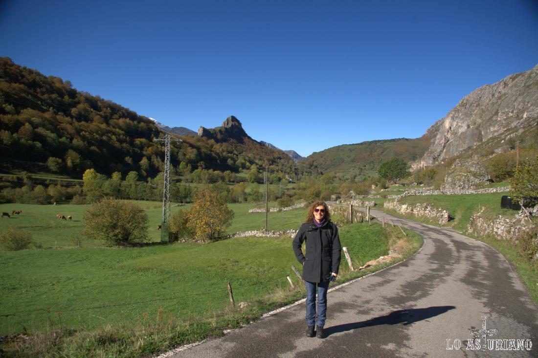 La pequeña Peña el Castiellu, en cuya base está el pueblín de Valle de Lago.