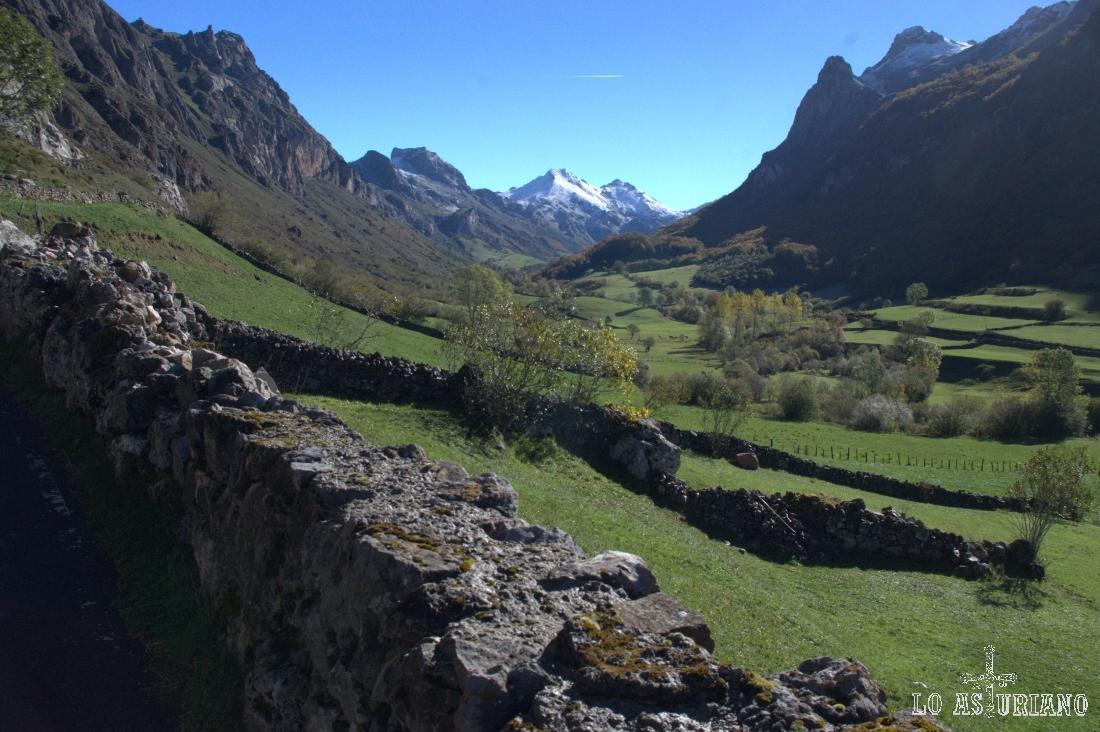 Pico el Canalón y el Arco, a la derecha, y la Vega de Campriondo, enfrente.
