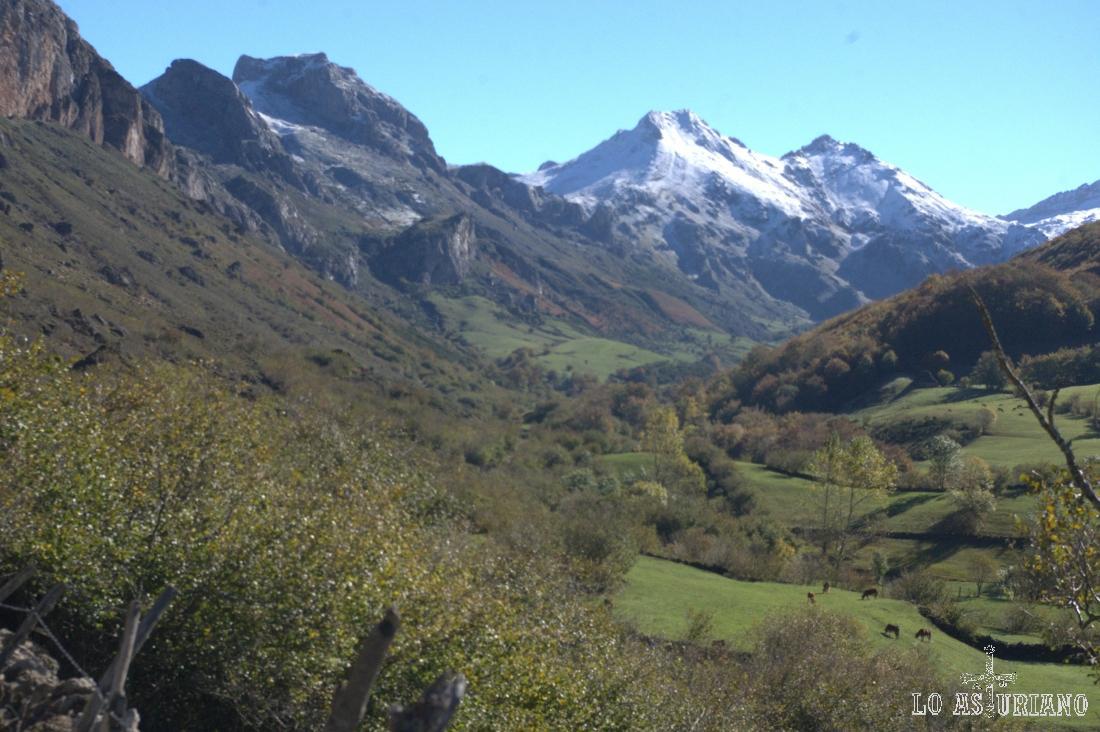 Preciosas vistas de las cimas nevadas de límite Asturias-León, hasta donde nos estamos acercando.