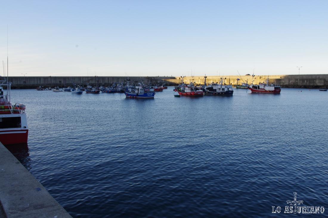 Los diques del Moro y del Abrigo, protegen este coqueto puerto de Cudillero.