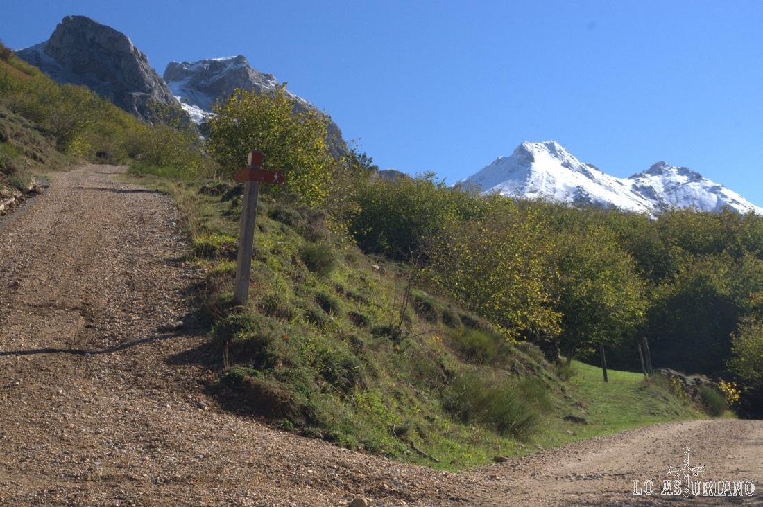 Nuestro camino es la derecha, a la izquierda a los lagos de Saliencia