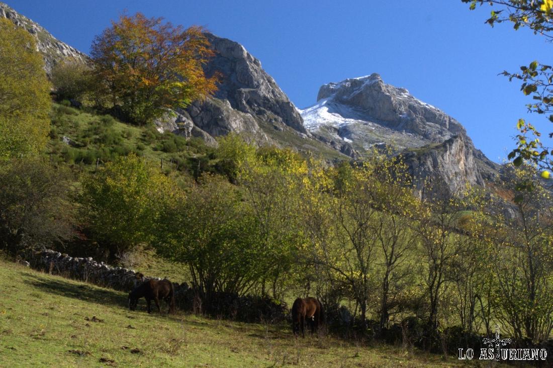 A la derecha, el Pico de la Cueva Camayor; a su izquierda, pico la Minga o de la Braña.