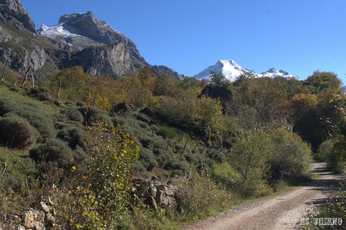 La pista sube muy cómodamente, buscando las praderas del valle.