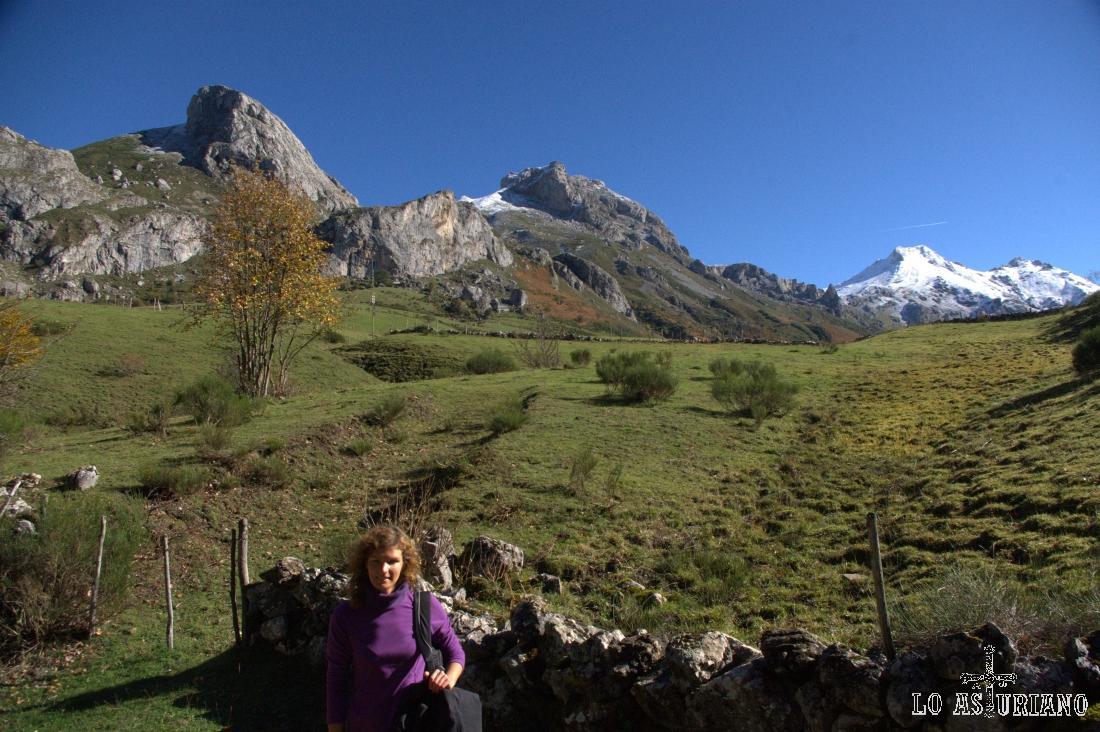 Encima nuestra, la Pradera del Valle, con vistas al Minga, Cueva Camayor y Pico Albo y Rubio.
