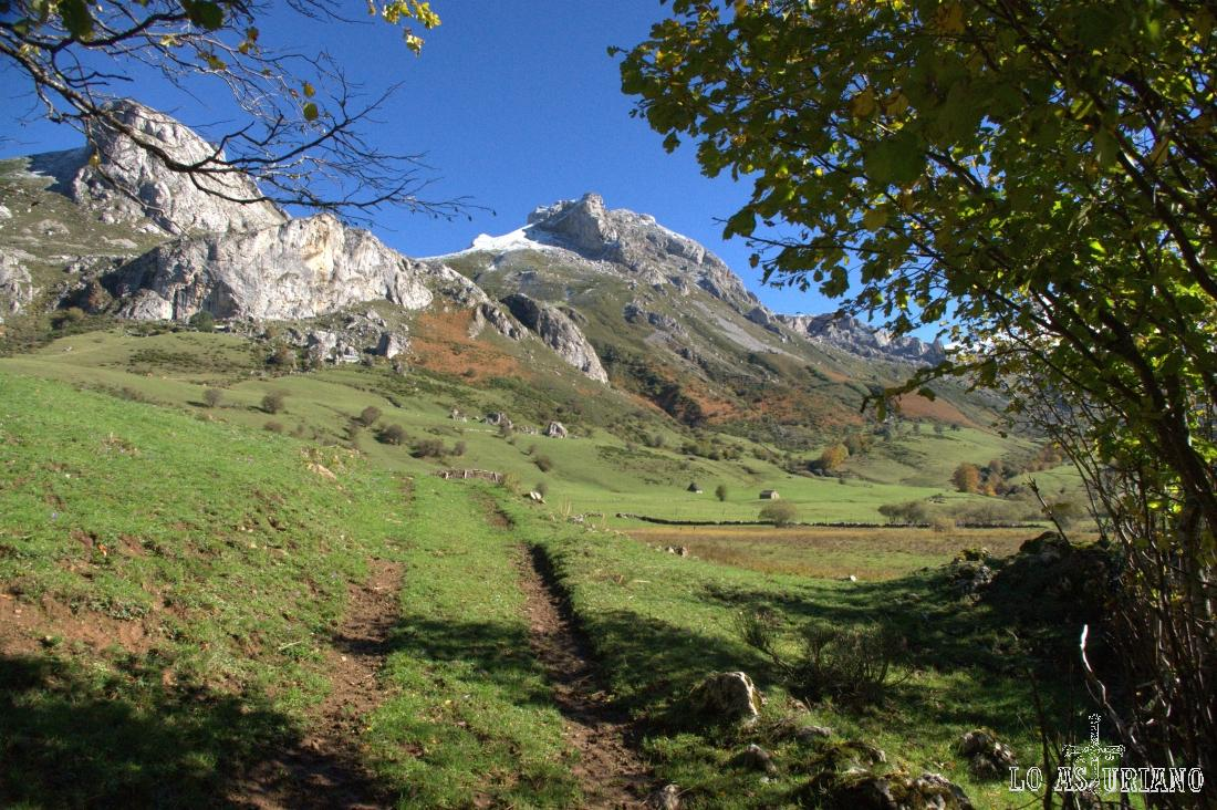 La Pradera del Valle, con el Pico la Cueva Camayor de fondo.