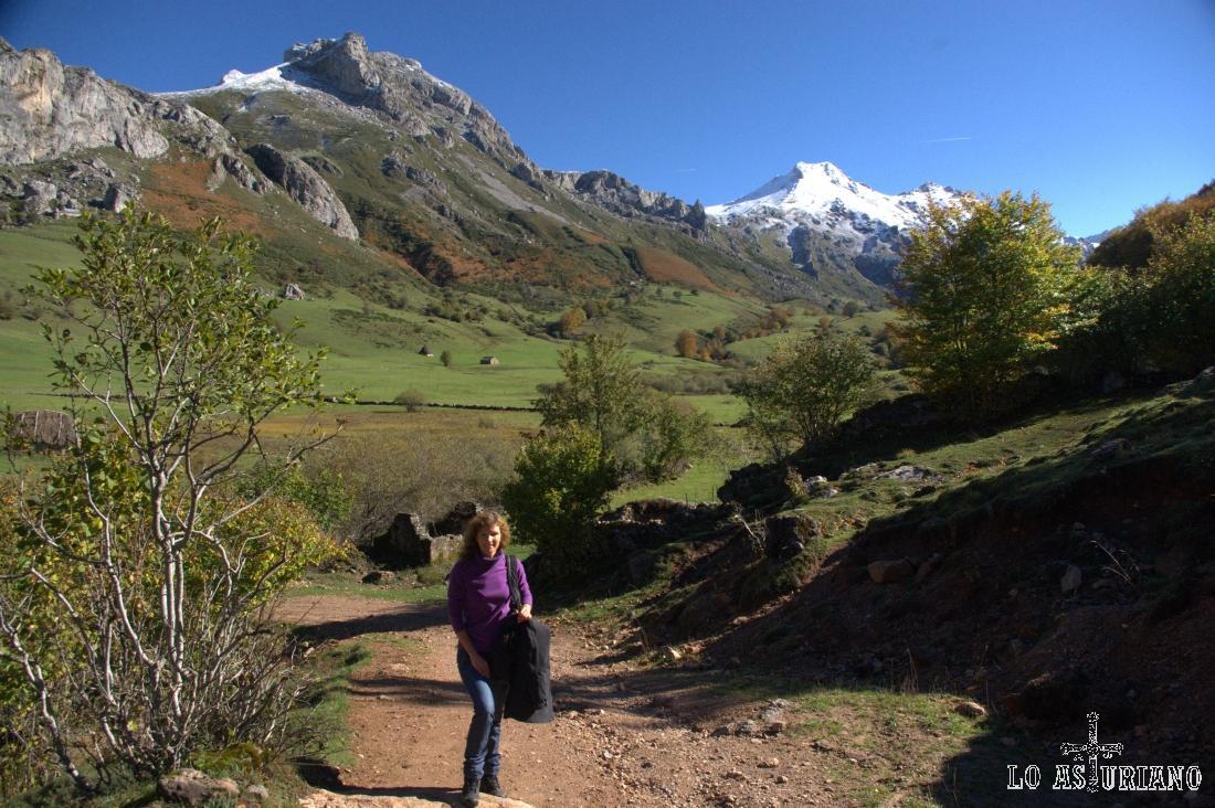 El camino sube y detrás queda la Pradera del Valle y la braña la Corba.