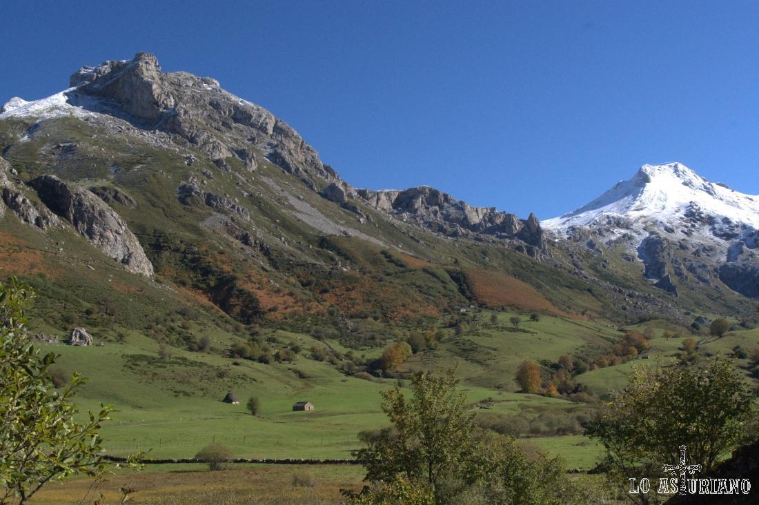 El Pico la Cueva Camayor, de 1885 m, en primer término.