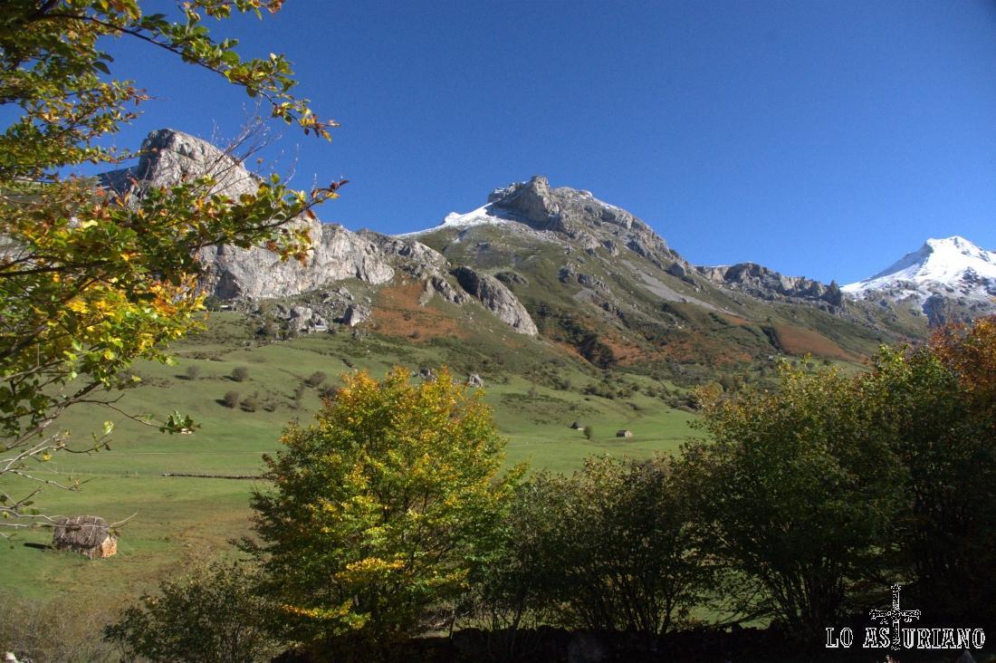 La braña de la Corba es la que se encuentra frente a la Minga y Cueva Camayor.