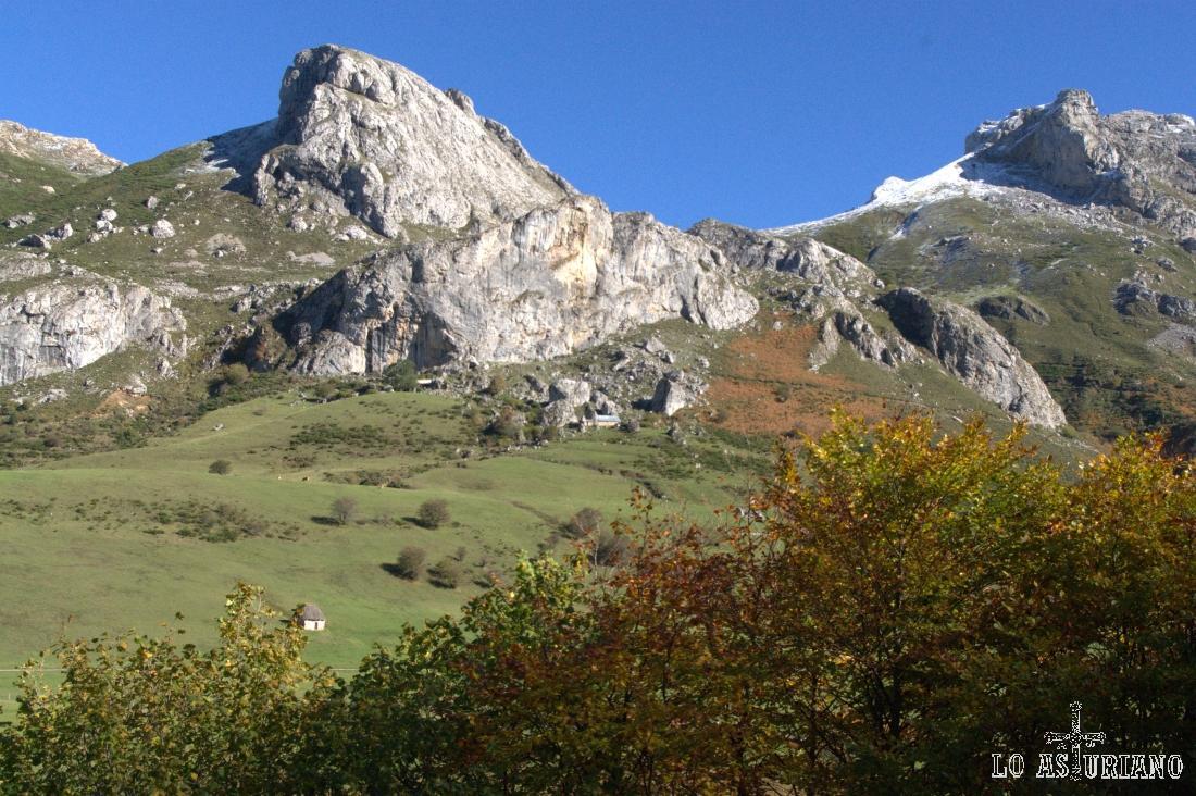 La preciosa peña de la Braña, también llamada Peña Minga, en cuyo entorno se encuentra la braña de Sobrepeña.