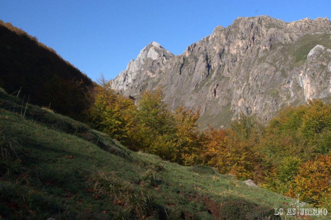 Preciosas cimas escarpadas en el camino al Lago del Valle, en Somiedo, Asturias.