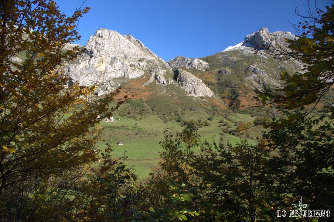 Cuando el bosque se abre, tenemos unas sensacionales vistas a la pradera del Valle y de las cimas colindantes.