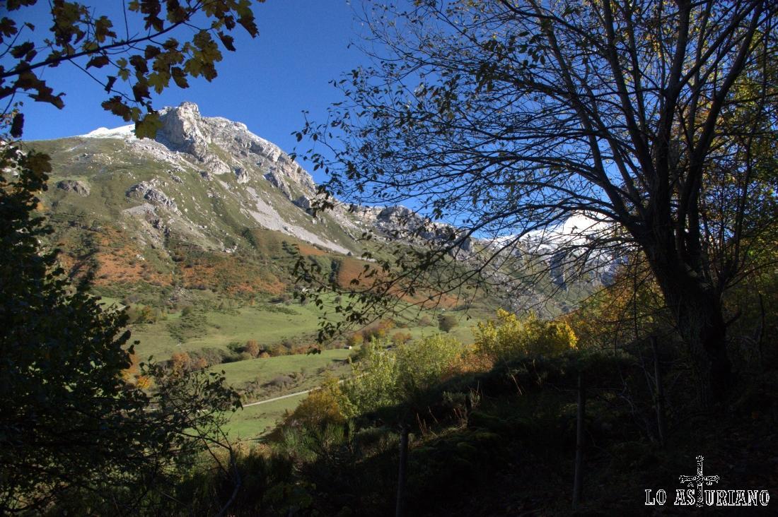 El Pico la Cueva Camayor, con los rojizos y verdes mate, característicos del otoño.