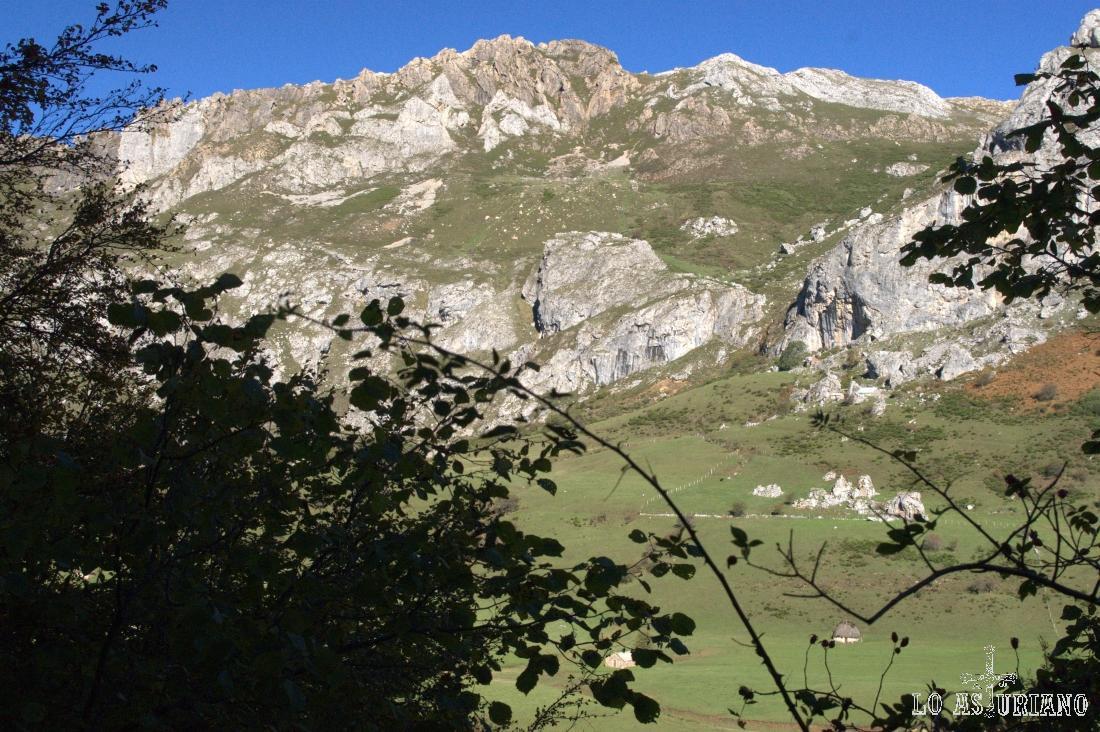 El Tarambicu, imponente, sobre la pradera del Valle, en el Parque Natural de Somiedo.