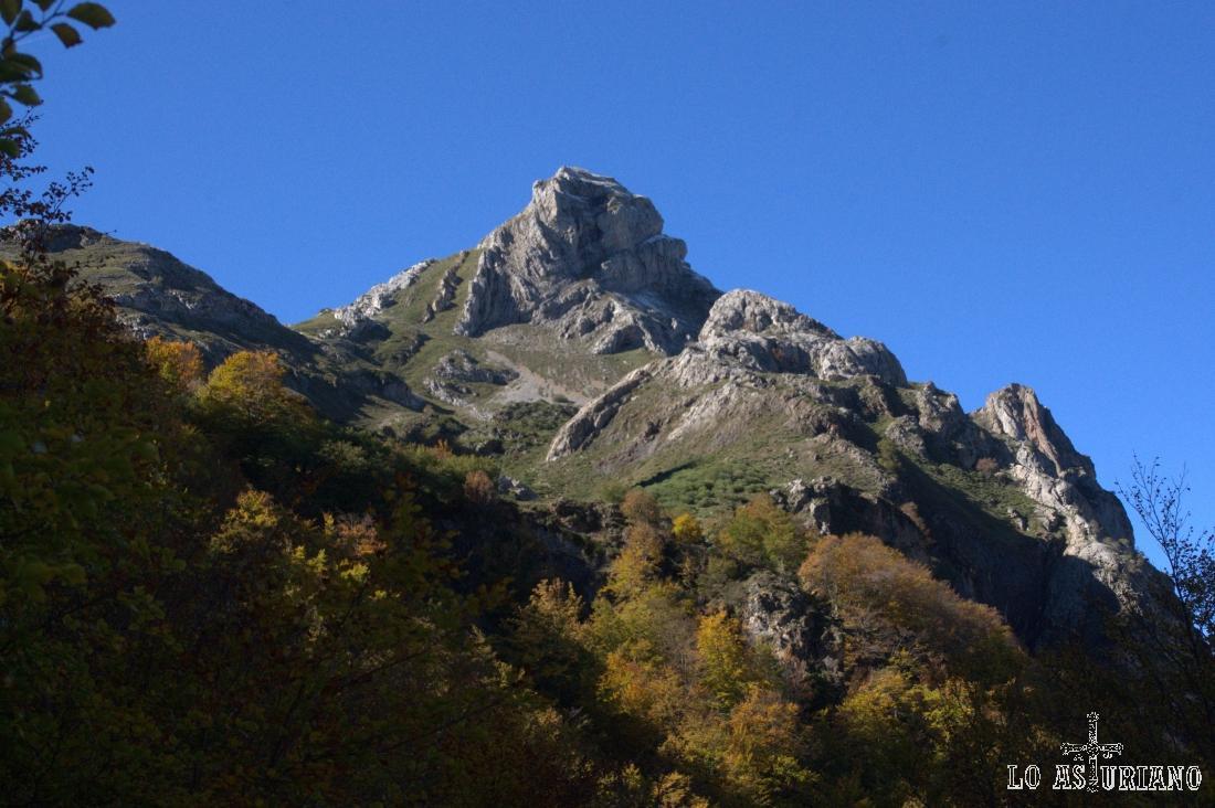 Creo que se llama Los Esperones, de 1851 metros; en su entorno está la laguna de Invierno.