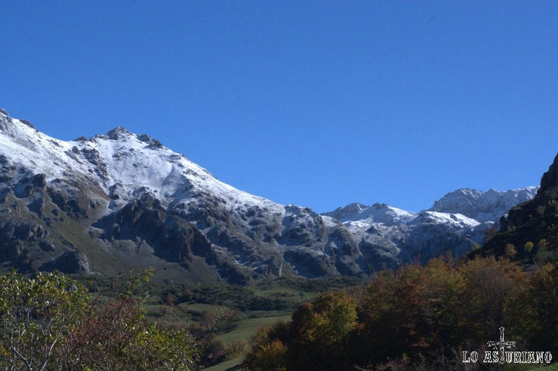 La nieve, a partir de los 1700 metros de altura, en las cimas somedanas.