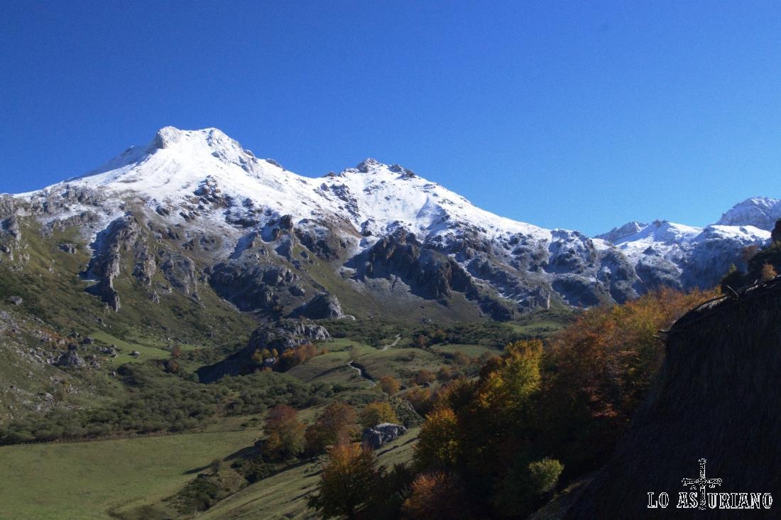 Pico Albo Occidental, de 2066 msnm, y el Pico Rubio, de 2043 msnm.