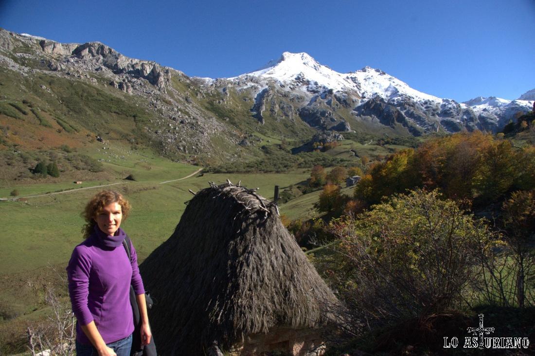 Cabaña de teito en El Veneiru, con las cumbres somedanas nevadas al fondo, que son justamente las paredes del Lago del Valle.