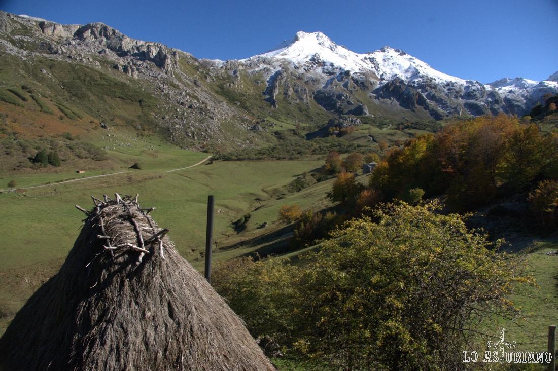 Parte final de la Pradera del Valle, por donde corre el río Valle, que baja desde el lago del Valle.