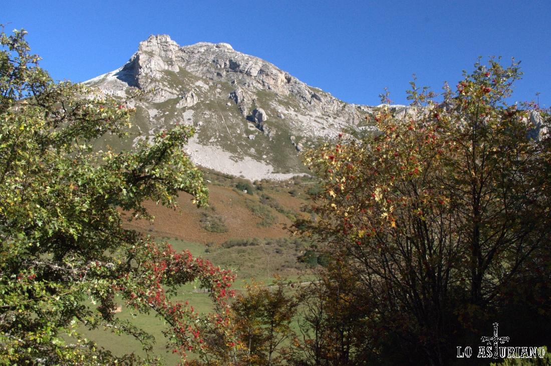 El esbelto Pico la Cueva Camayor; detrás del mismo tienes las vegas que te conducen a los lagos de Saliencia.