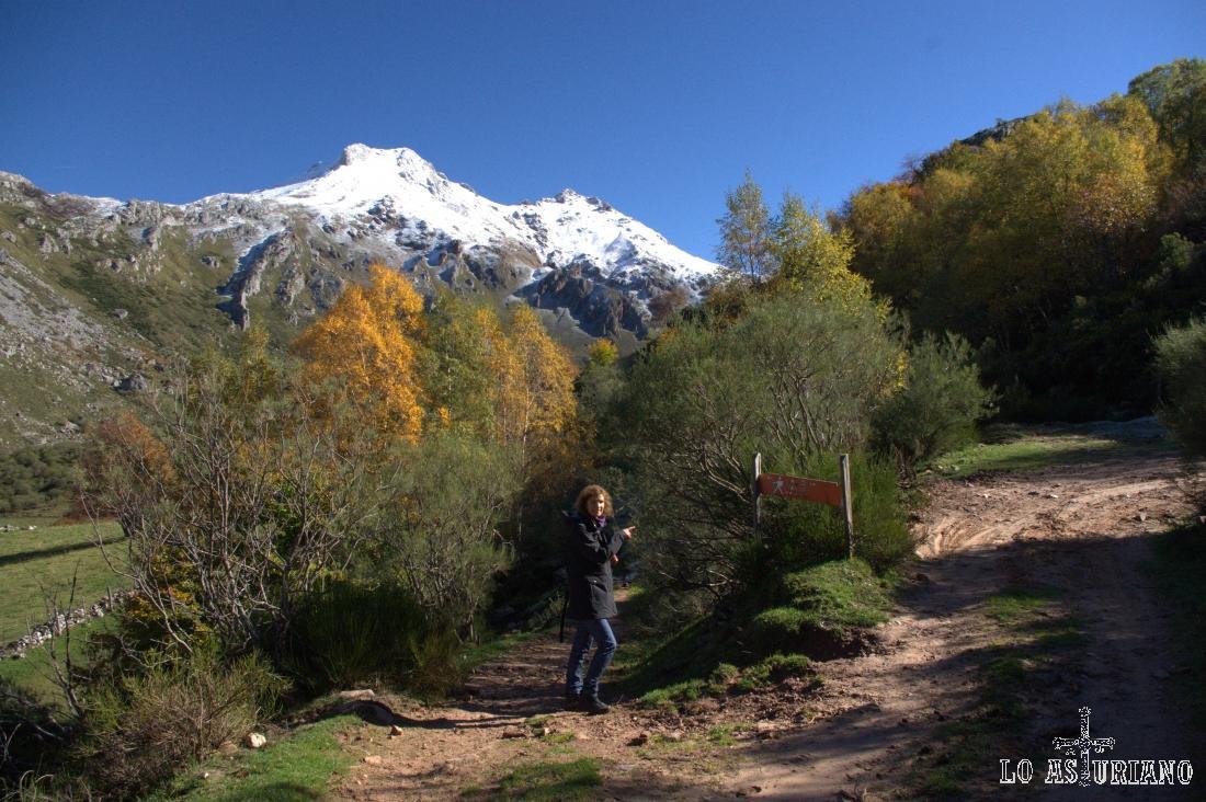 a la izquierda, hacia el lago y a la derecha Murias Llongas