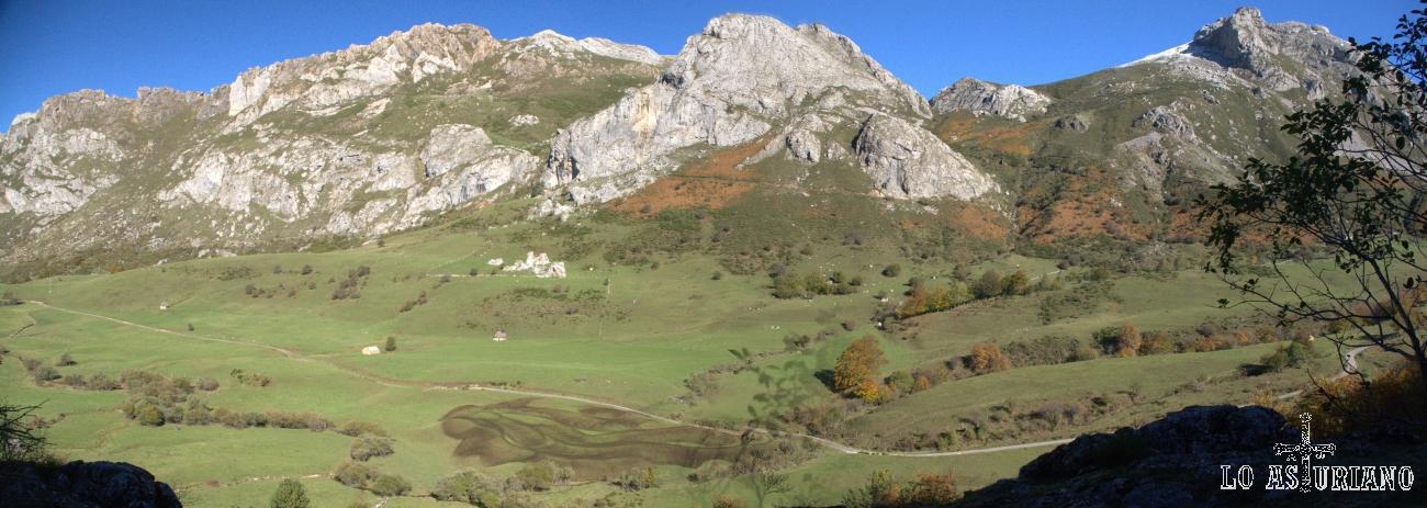 Panorámica de la pradera del Valle, en el Parque Natural de Somiedo, con Peña de la Braña y el Pico Cueva Camayor, de telón de fondo.