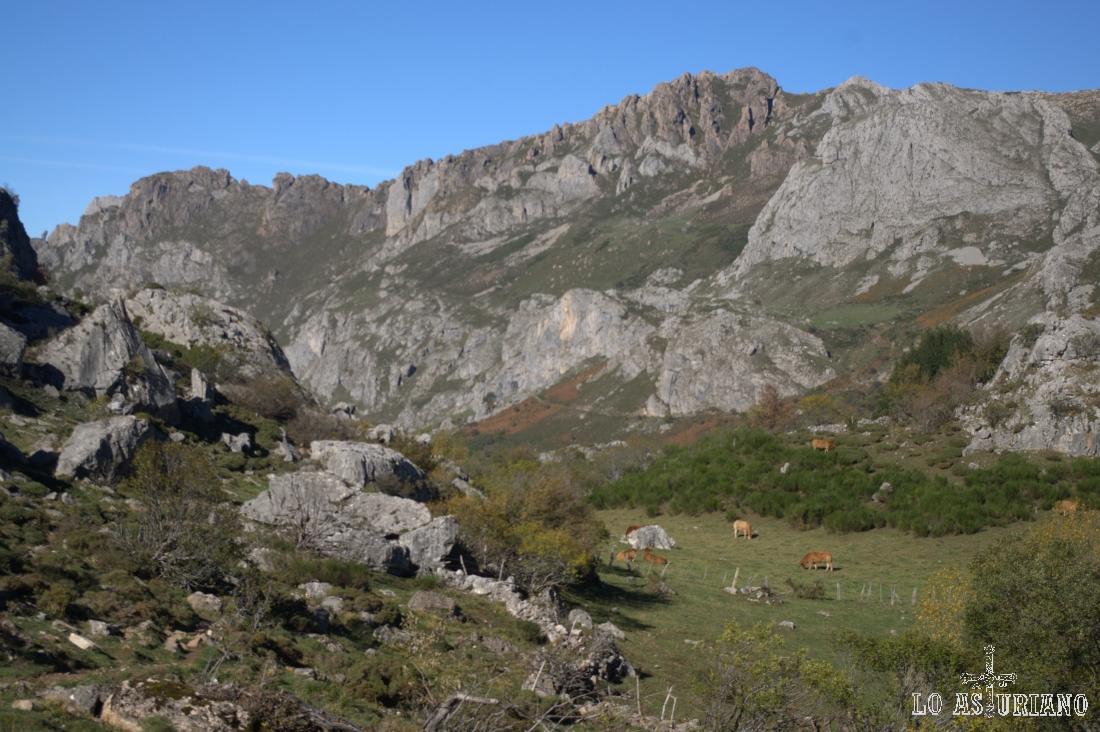 Impresionantes vistas del Valle del Lago, con el Cordal del Tarambicu y los Crespeos, en Somiedo.